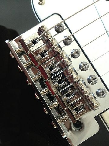 Fender_Stratocaster_tremolo_bridge.jpg